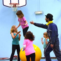 Activité 'Initiation au cirque: des défis et des jeux' par Apprends et Rêve, activités pour enfants et ados à Paris